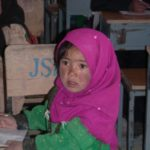 Frostbeulen im Gesicht, aber glücklich in der Schule